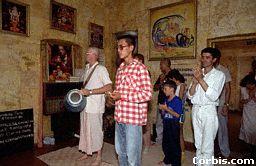bhaktas dzied kīrtanā, Dievību attēlu priekšā